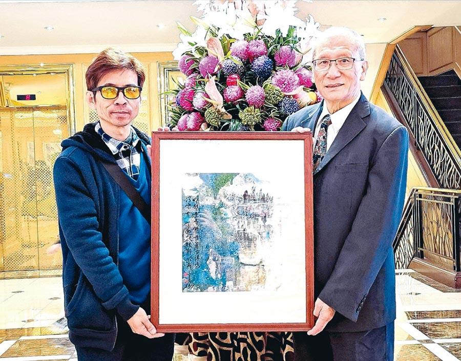 李瑞標(左)拜享譽國際的藝術家蔡豐名(右)為師。圖/蔡豐名提供