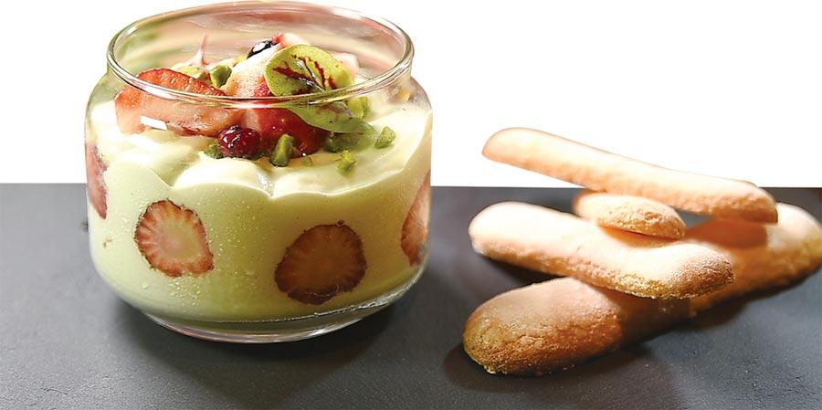 〈開心果提拉米蘇〉是將提拉米蘇解構,並用草莓、藍莓和開心果碎演繹風味與口感。圖/姚舜