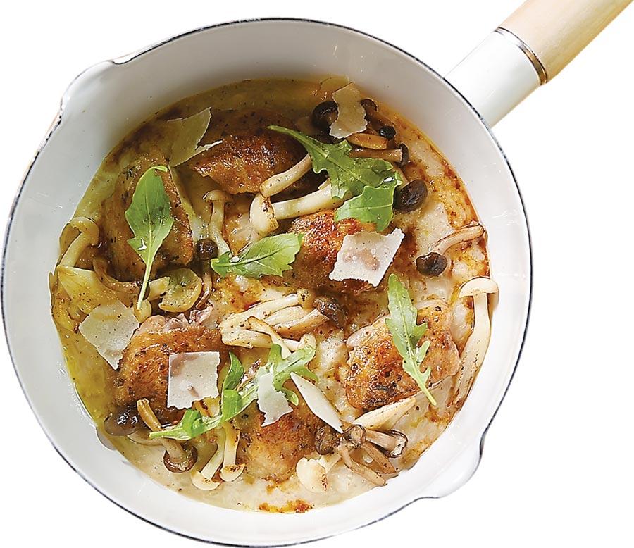 〈無骨雞翅燉飯〉是用香菇湯與雞湯熬煮,並加了帕瑪森起司增加鹹香與稠度,去骨雞翅煎烤得皮酥肉嫩,非常好吃。圖/姚舜