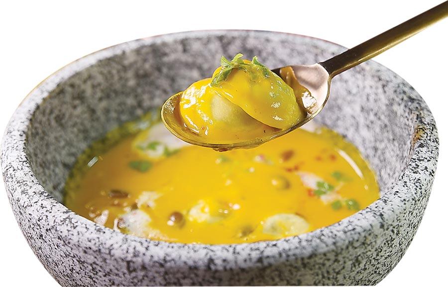 〈黃金南瓜濃湯〉內有手工自製起司餃,濃湯中並用了烤南瓜籽、培根碎與小豆蔻提味。圖/姚舜
