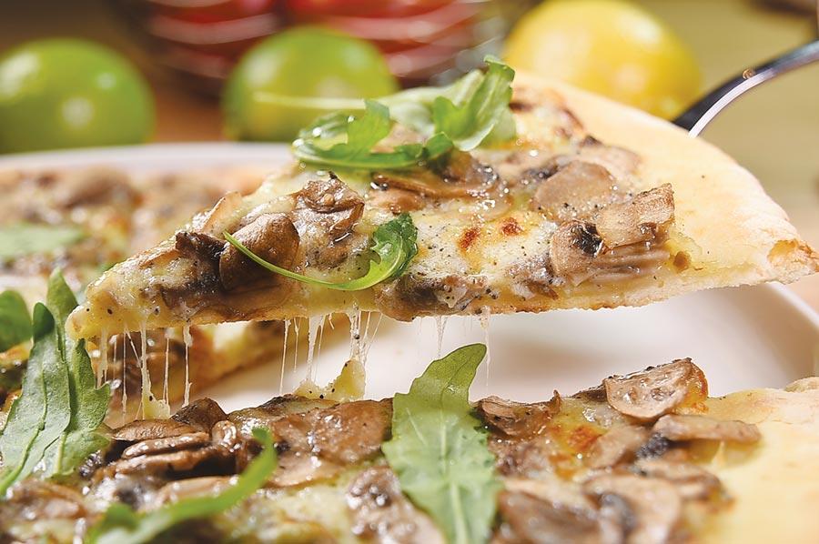 〈蘑菇披薩〉的主要餡料有蘑菇、芝麻葉與馬斯卡彭起司,並淋了松露油提味。圖/姚舜