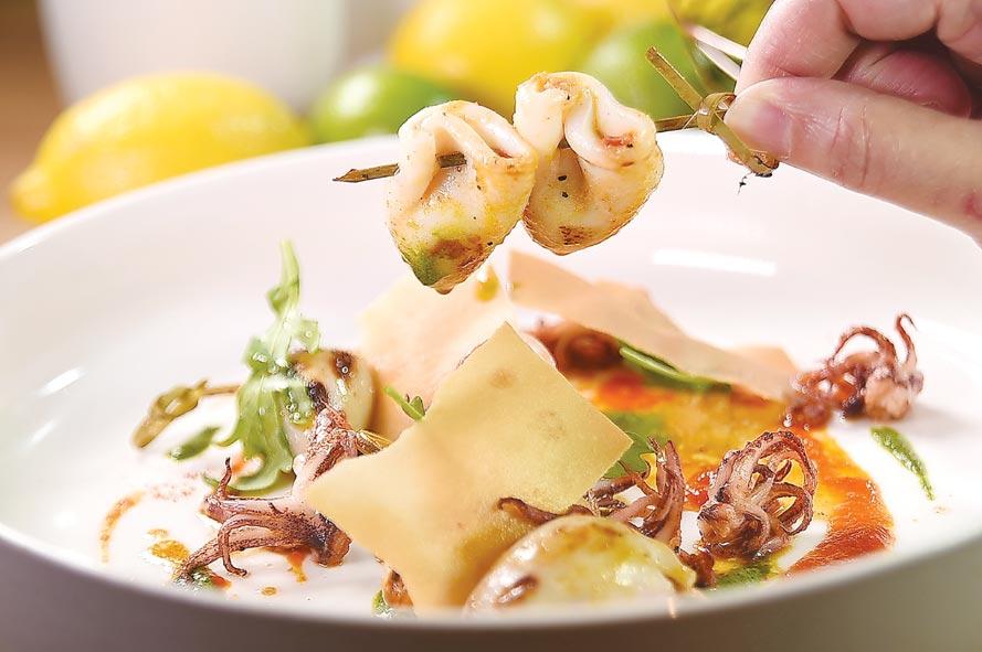 菲德烈克(Frederic Jullien)設計的〈地中海風味小卷串〉,小卷內還「藏」了蔬菜餡。圖/姚舜