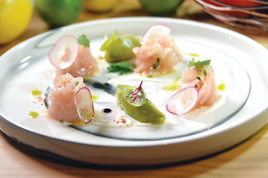 菲德烈克(Frederic Jullien)設計的〈紅魽生魚片.酪梨醬〉,用了酪梨醬、酸奶和酒醋提味。圖/姚舜