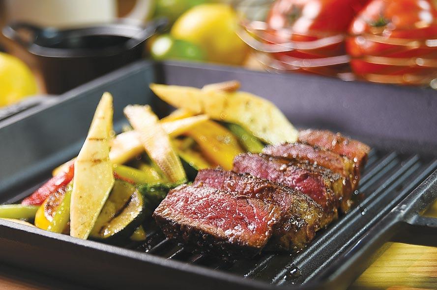 國人就是愛吃肉,在大直英迪格酒店的〈T.R Bar & Kitchen〉,菜單上也有〈香烤澳洲M5和牛〉。圖/姚舜
