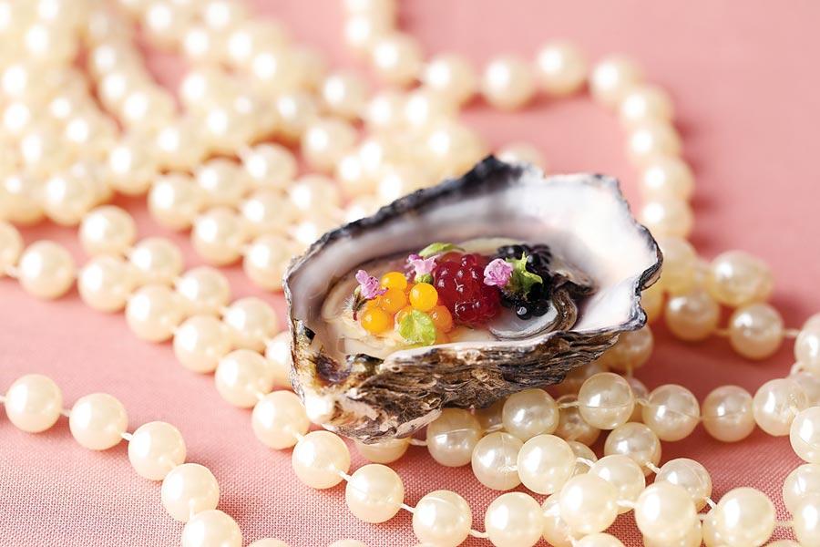 台北君悅酒店〈寶艾〉西餐廳情人節套餐中的珍珠開胃菜,主廚花了一番心思設計,形色頗搶眼。圖/台北君悅酒店
