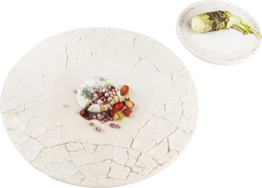 西班牙三星名廚安吉爾.萊昂作的〈白巧克力甘納許、紅莓與微藻、巴薩米克醋〉,將是星廚客座菜的收尾高潮。圖/鹽之華法式料理餐廳