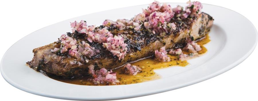 〈帕帕塔納鮪魚丁骨、紅酒洋芋〉的鮪魚丁骨其實是鮪魚下巴,這個部位肉厚多汁、鮮糯質地宛如小牛肉,安吉爾.萊昂特地以丁骨來形容此部位。圖/鹽之華法式料理餐廳