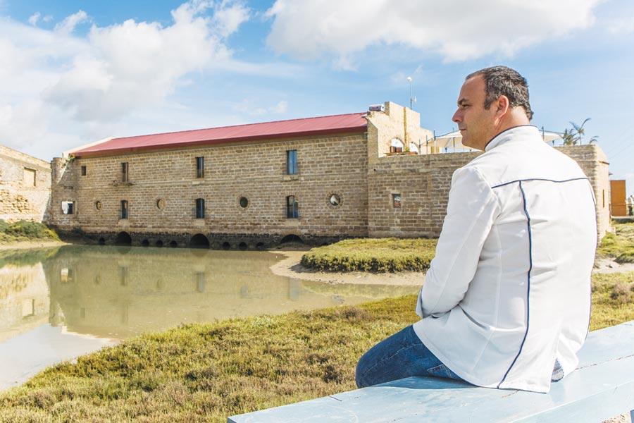 ˙西班牙米其林三星餐廳《阿彭恩特Aponiente》是古時磨坊改建,主廚安吉爾.萊昂擅長以餐廳旁的潮間帶捕獲的貝類、海參等入菜。圖/鹽之華法式料理餐廳