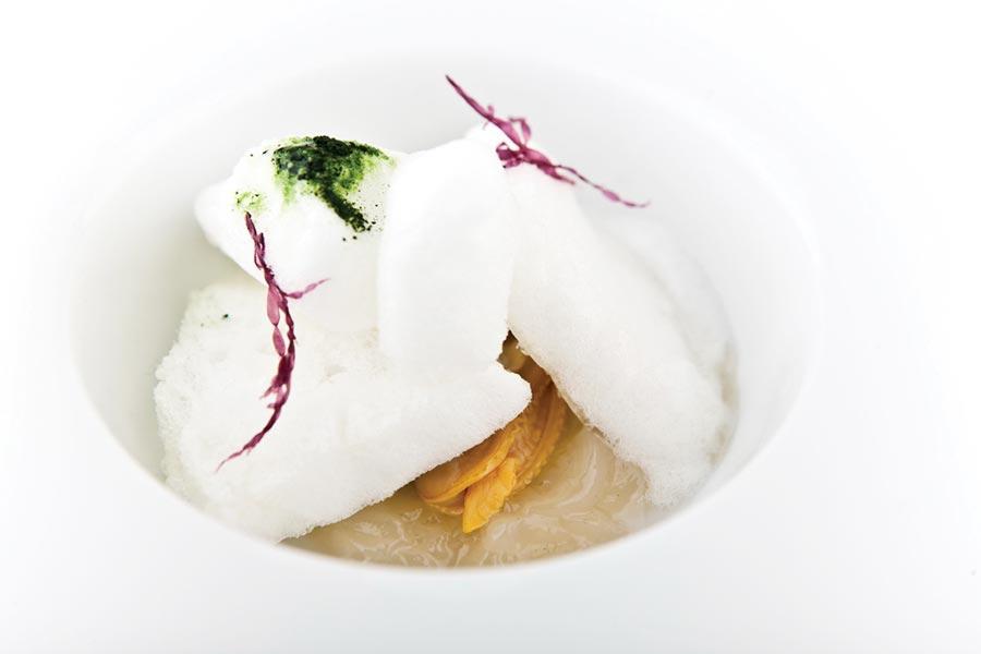 〈海鮮冷湯〉是以淡菜、蛤蜊和白肉魚魚骨熬成的高湯不斷濃縮蒸煮而成,過程中不加鹽調味,以食材自身的鹹鮮來凸顯湯品特色。 圖/鹽之華法式料理餐廳
