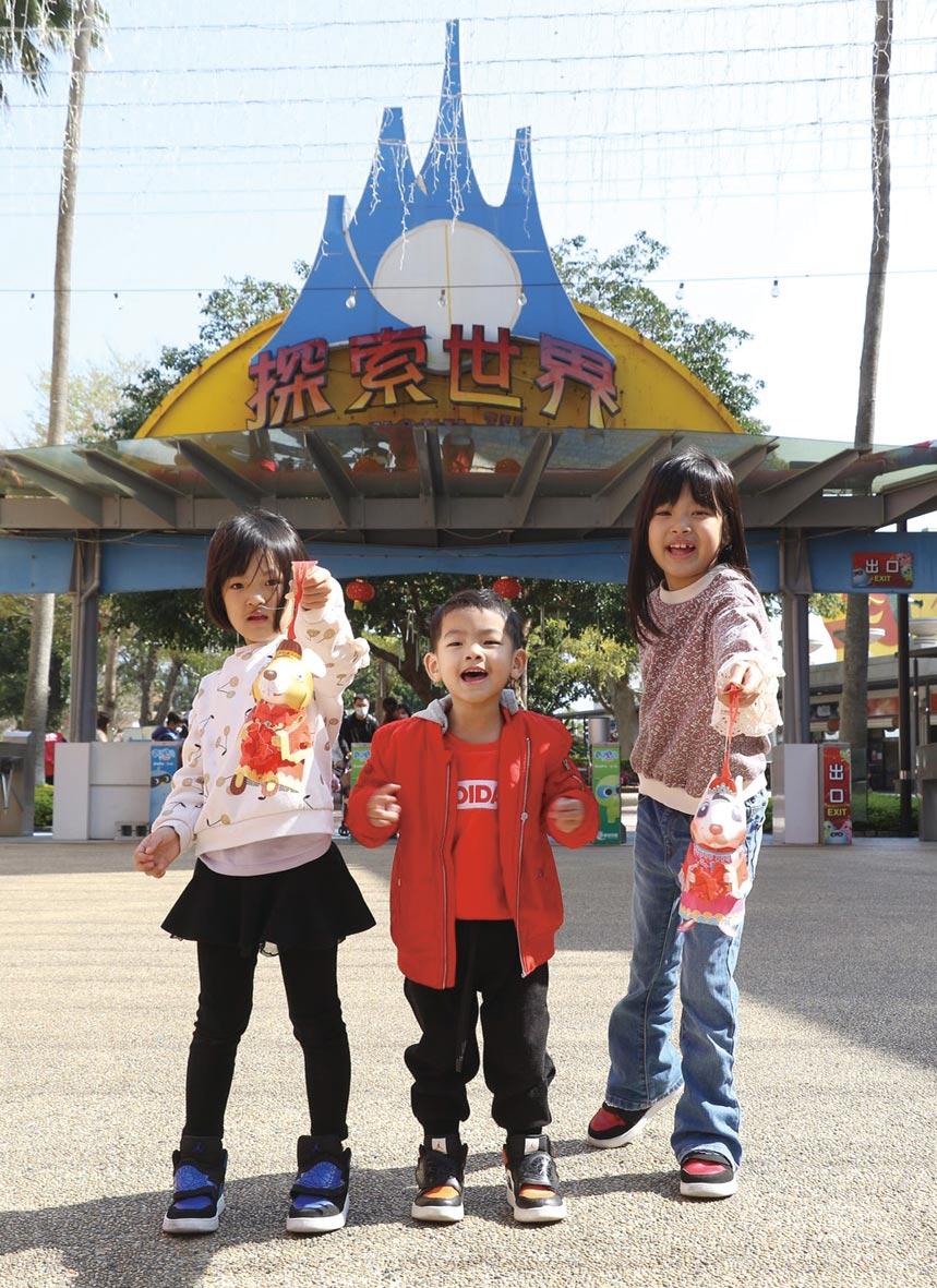 白天玩麗寶晚上逛燈會!麗寶官網套票最低下殺5.8折,2月8日至9日前200名遊客玩麗寶樂園,免費送鼠年小提燈。圖/麗寶樂園渡假區提供