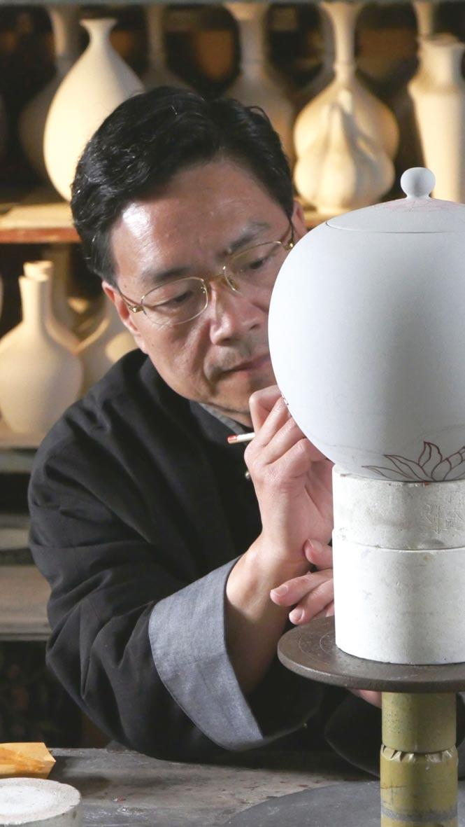 劉武以獨創的「霧光寶藍釉」聞名陶瓷界。圖/先盈藝術提供