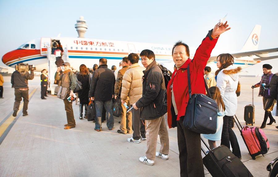 經陸、港、澳轉機入境者,一律居家檢疫14天;兩岸50個航點的航線,除往返北京首都機場、上海浦東及虹橋機場、廈門高崎機場及成都雙流機場外,其餘往返大陸城市航班全部停航。(本報資料照片)