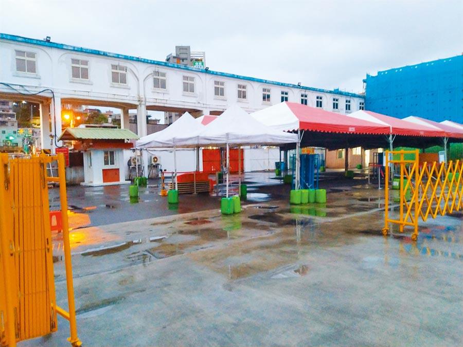 寶瓶星號今日將返抵基隆港西三碼頭,港方已搭設好棚架並陸續進駐防疫裝備。(許家寧攝)