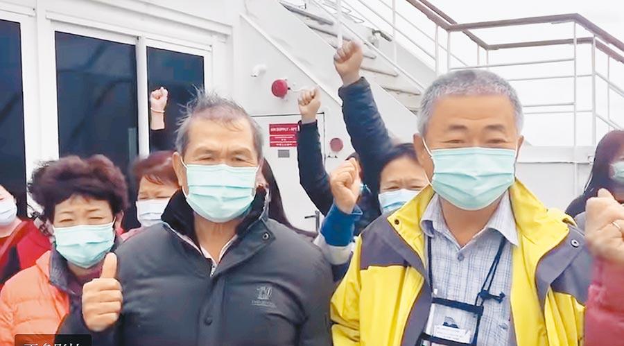 寶瓶星號一度滯留那霸海域,台籍旅客對著鏡頭要求政府重視船上乘客權益,高喊「我們要回家」。(讀者提供/翻攝畫面)