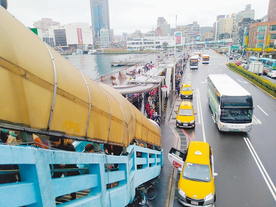 鑽石公主號日前停靠基隆讓千名遊客上岸旅遊,追查發現當天有56輛排班計程車與遊客接觸。(許家寧攝)