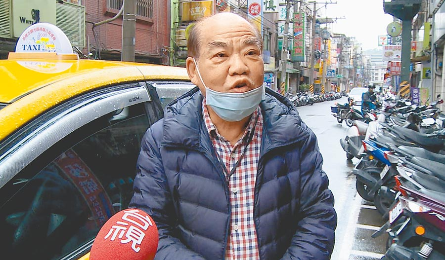 負責公主號遊客自由行派車調度的謝姓計程車司機。(許家寧攝)