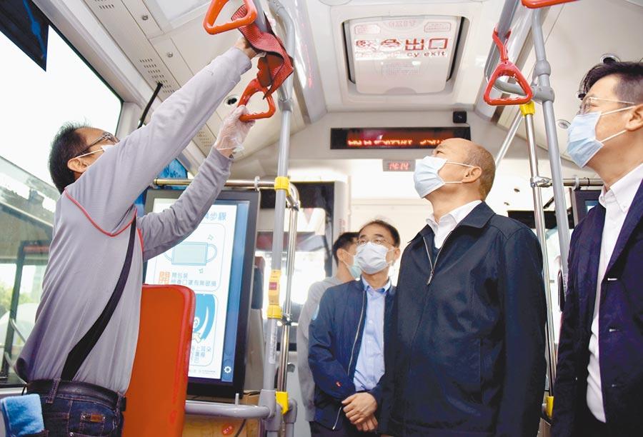 高雄市長韓國瑜(右二)強調,身為一級防疫城市的指揮官,戴口罩、勤洗手、量體溫可起最起碼的示範作用。(劉宥廷攝)