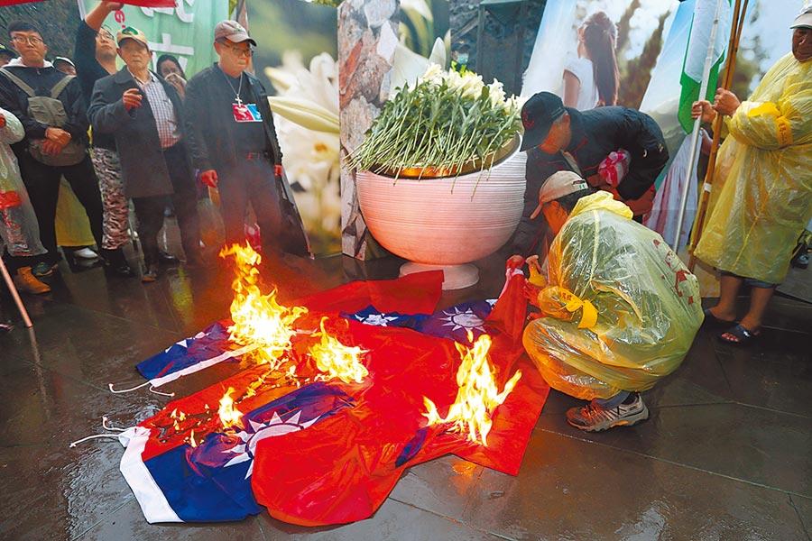 2018年2月28日台北市/(勿轉電子報)228事件71周年中樞紀念儀式28日在台北舉行,活動結束後,自由台灣黨主席蔡丁貴(右前)在紀念碑文前焚燒國旗。(黃世麒攝)