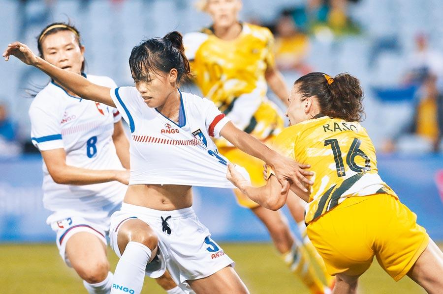 中華隊後衛卓莉珊(前左)的球衣險些被澳洲前鋒拉索扯破。(美聯社)