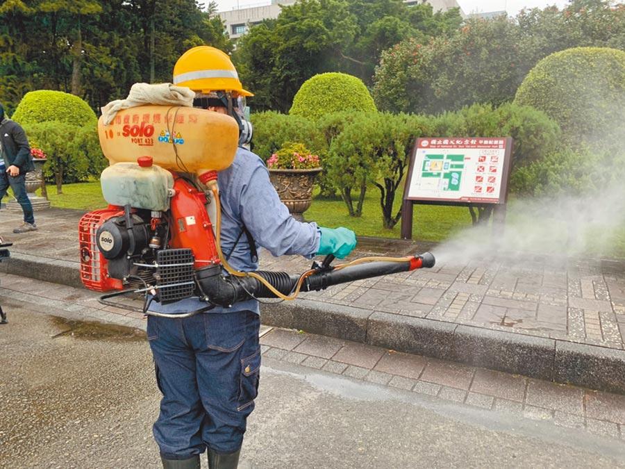 武漢肺炎疫情延燒,北市環保局針對北市各大觀光景點、燈節燈區進行消毒作業。(張薷攝)