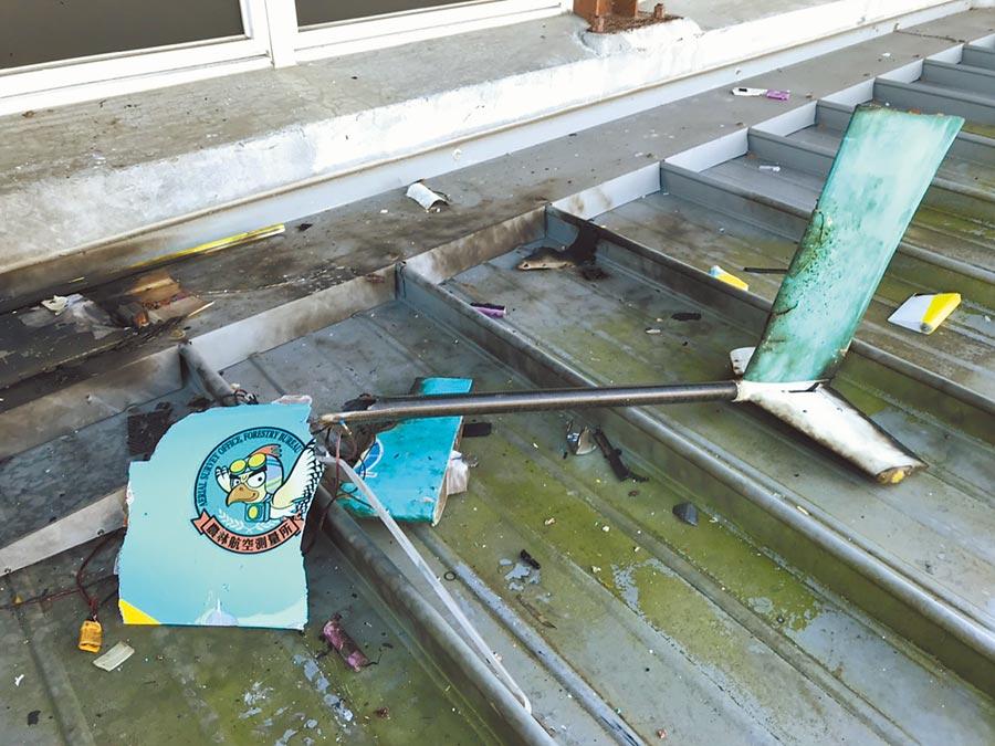 消防人員在「墜機」現場發現空拍機的許多殘骸。(宜蘭縣政府消防局提供/胡健森宜蘭傳真)