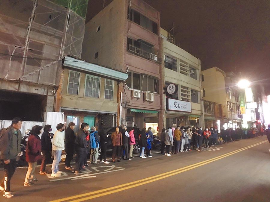 通霄鎮惠生藥局6日晚間9點開賣,民眾大排長龍。(民眾提供/巫靜婷苗栗傳真)