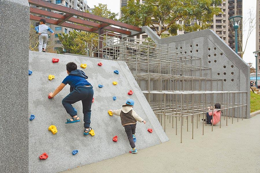 新竹市關新公園落成啟用,設置攀爬架,讓孩子挑戰自我。(莊旻靜攝)