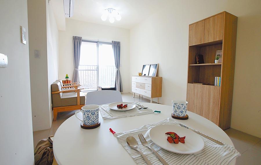 中市首座由民間企業回饋的的社會住宅「南屯精科樂活好宅」有1房、2房、3房及無障礙房,圖為二房型客餐廳(家具為擺飾)。(黃國峰攝)