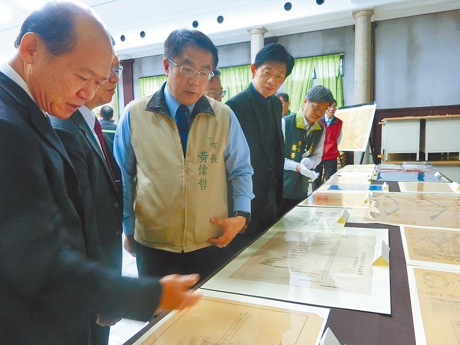 台南市長黃偉哲(中)在嘉南農田水利會長楊明風(左)引導下,參觀現場首度曝光的珍貴文獻。(曹婷婷攝)