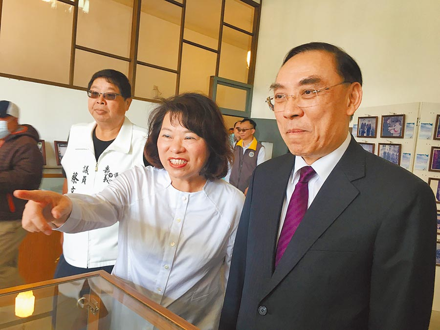 法務部長蔡清祥(右)、嘉義市長黃敏惠(左)參觀嘉義舊監文物。(廖素慧攝)