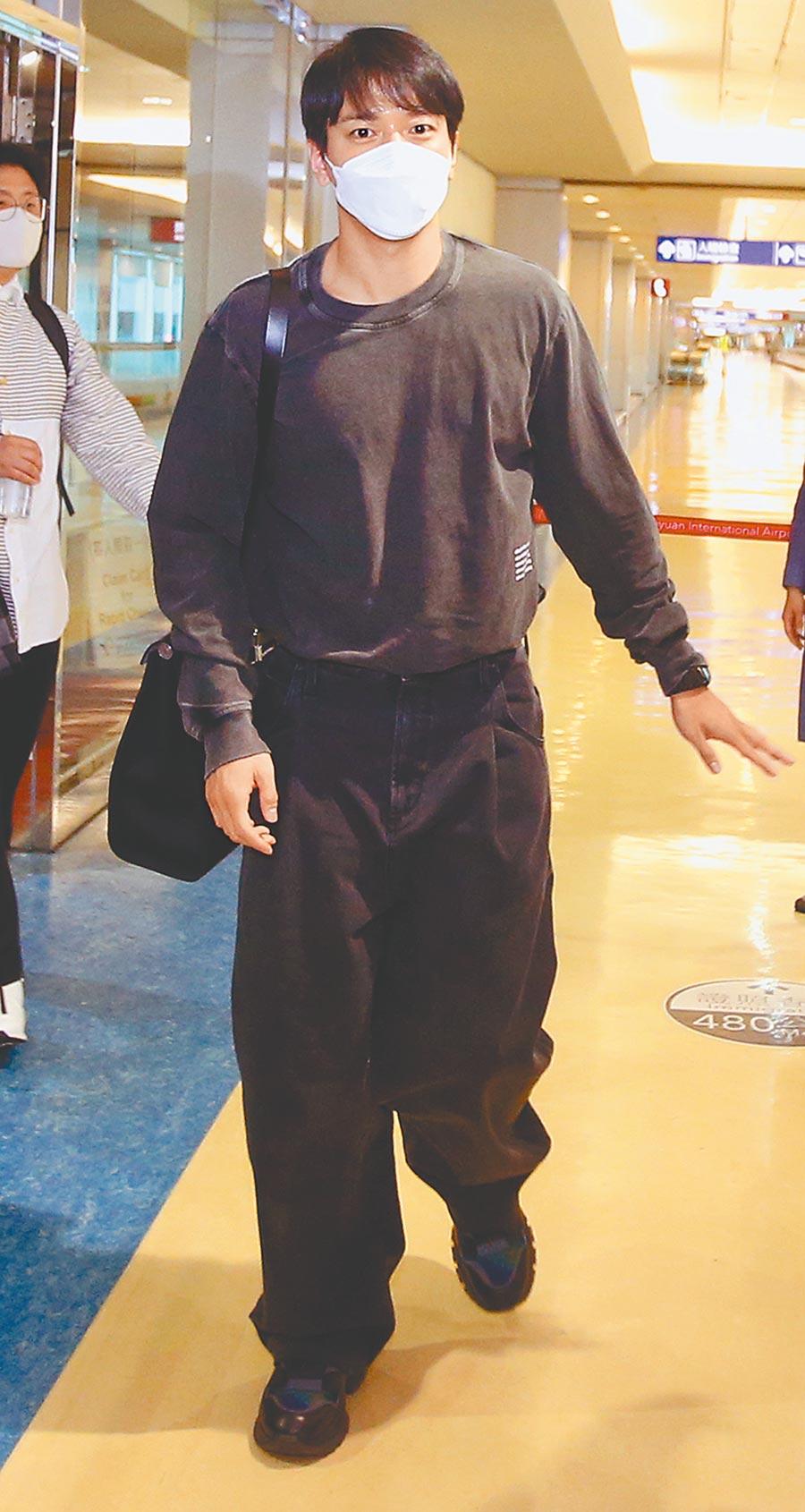 韓星鄭容和昨穿一身黑,戴口罩現身桃園機場,走VIP通關。(范揚光攝)