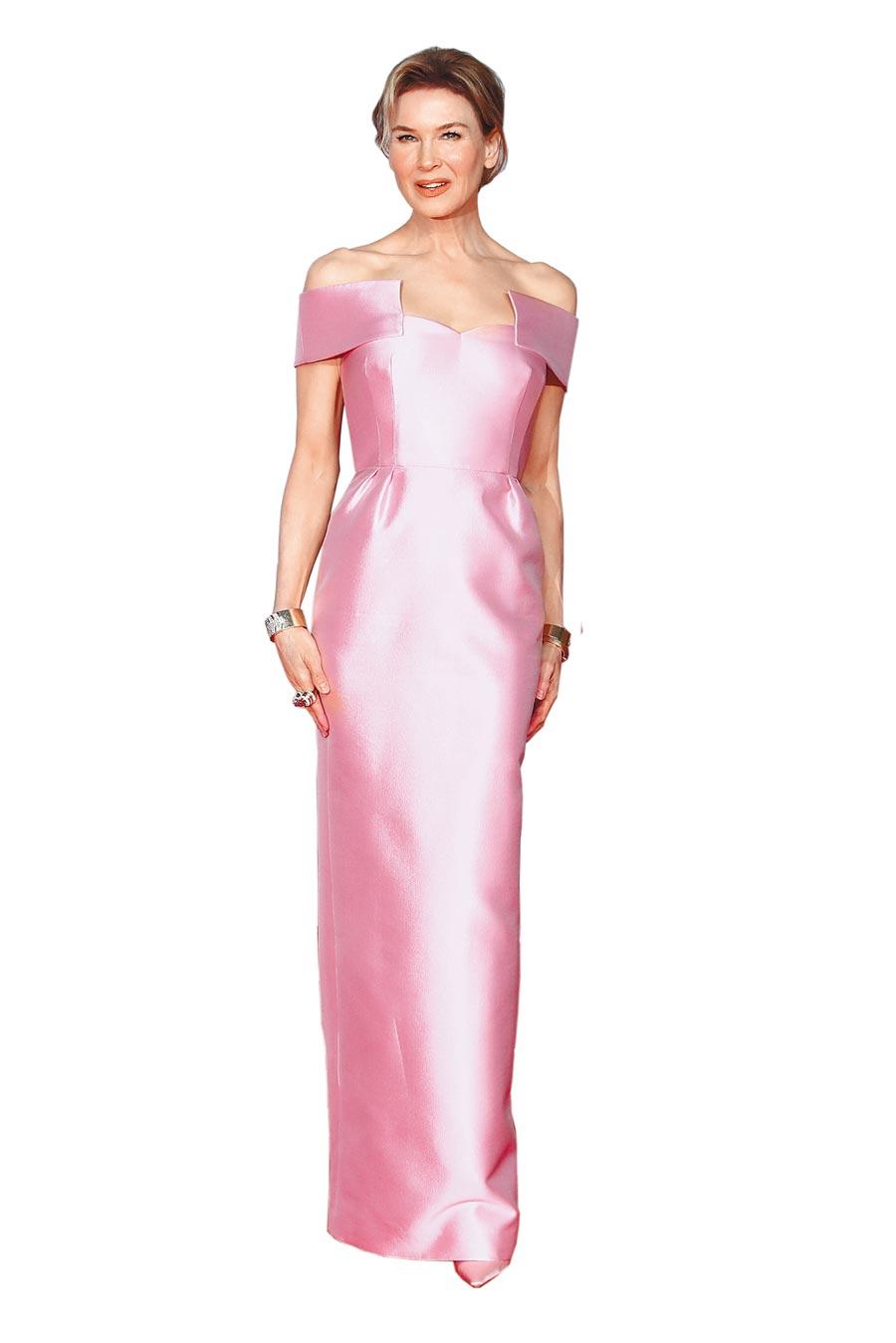 蕾妮齊薇格在BAFTA典禮穿粉色Prada禮服,緞面材質襯托高雅氣質。(CFP)