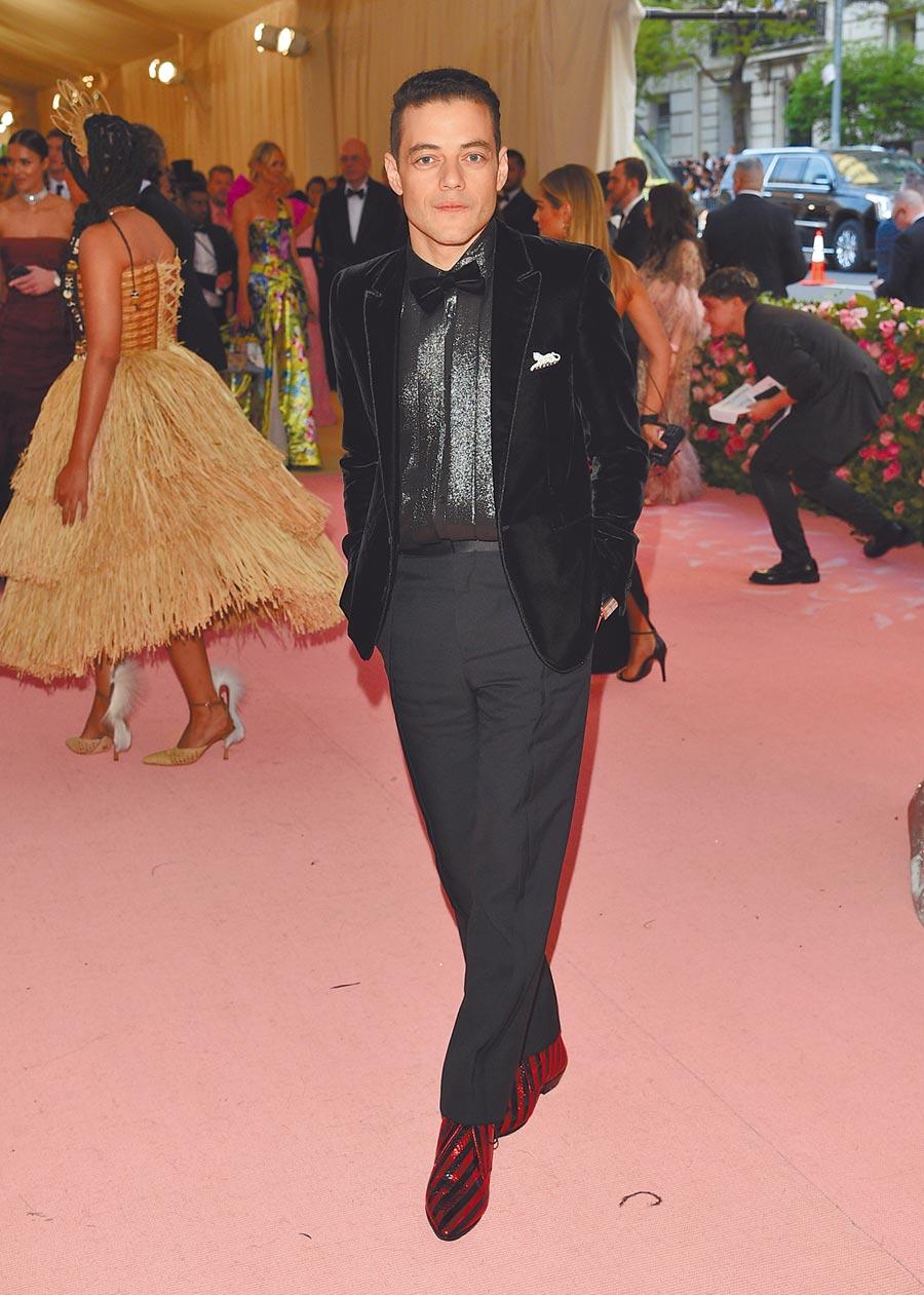 《波希米亞狂想曲》影帝雷米馬利克讓禮服帶有休閒感,他在Met Gala紅毯穿Saint Laurent西裝。(美聯社)