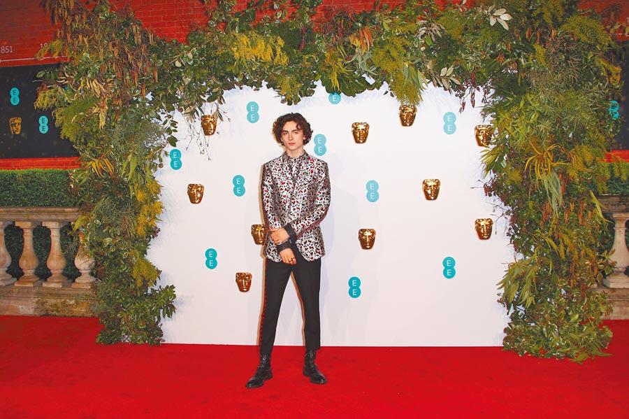 提摩西夏勒梅受邀頒獎,讓紅毯男性時尚造型更有看頭,他穿Haider Ackermann出席去年BAFTA頒獎。 (美聯社)