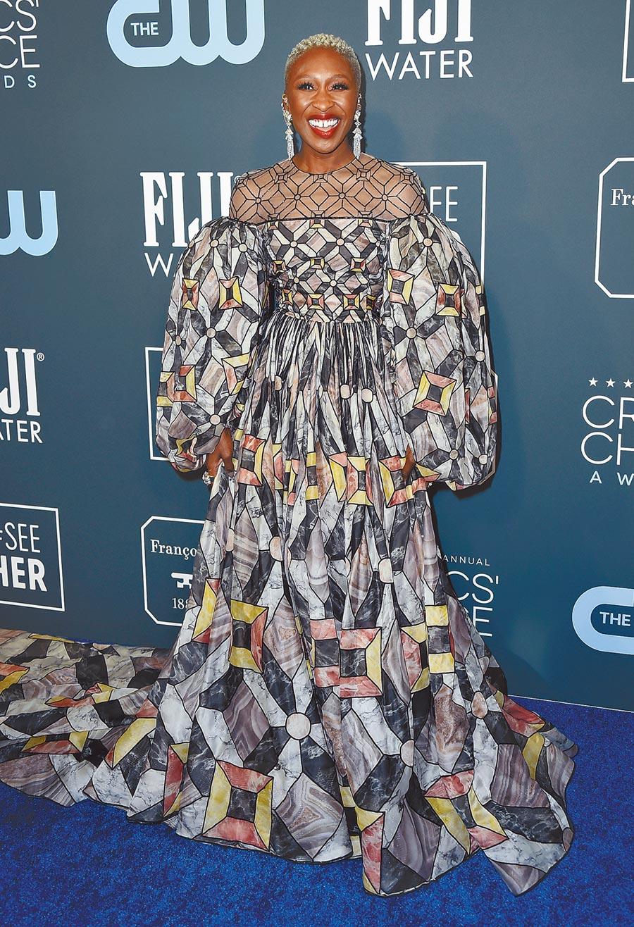 辛西婭艾利沃在廣播影評人協會獎上,用Fendi 2019秋冬馬賽克蓬袖洋裝驚豔四座。(美聯社)
