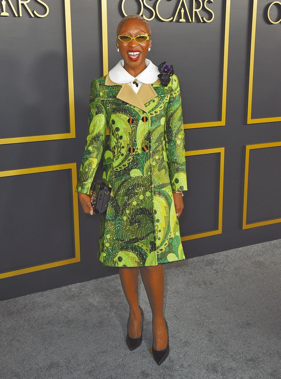 辛西婭艾利沃用綠色的LV 2020春夏雙排釦大衣,在奧斯卡提名午宴上一枝獨秀。(美聯社)