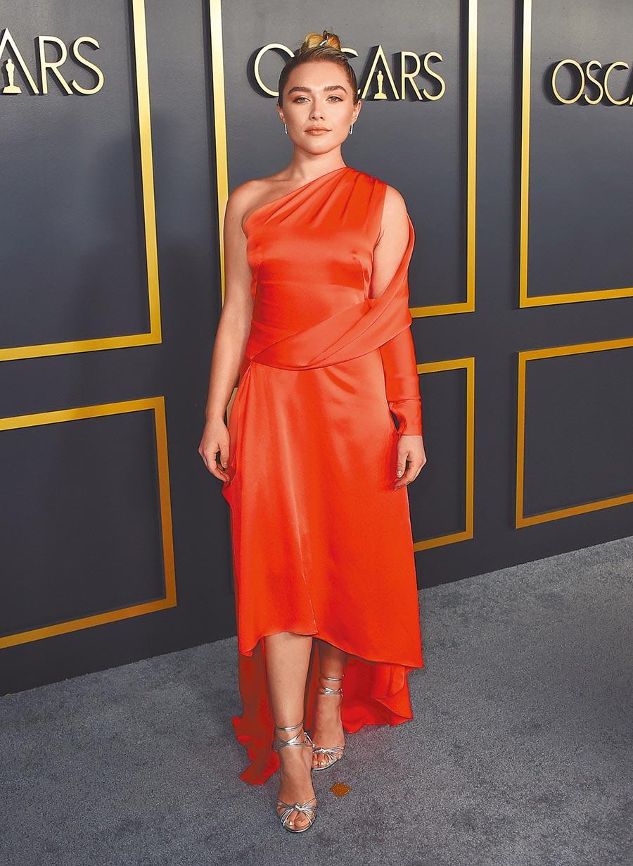 佛蘿倫絲普伊喜愛明亮色與過膝裙,奧斯卡入圍活動穿Monse橘色結構洋裝配Jimmy Choo銀色Lovella高跟鞋。(美聯社)