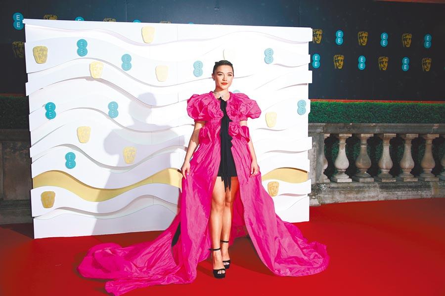 以《她們》入圍奧斯卡最佳女配角的佛蘿倫絲普伊備受矚目,但她在BAFTA頒獎穿Dries van Noten短裙配桃紅披風卻失手,褒貶不一。(美聯社)
