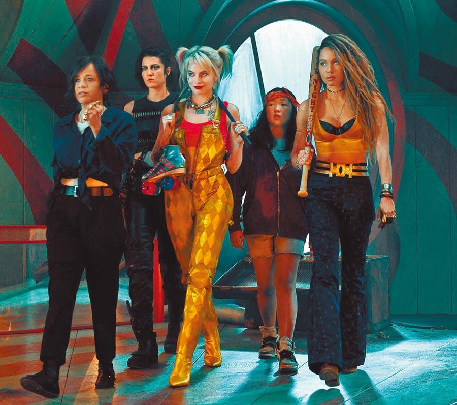 瑪格羅比(中)飾演小丑女,和其他女性狠角色將在片中大顯身手。(華納兄弟提供)