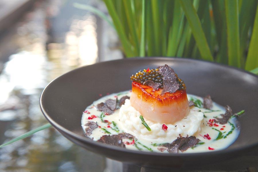 燉飯和北海道干貝,營造出「白色佩里哥」風情。(三二行館提供)
