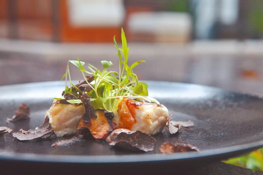 黑松露入菜,讓餐盤充滿藝術感。(三二行館提供)