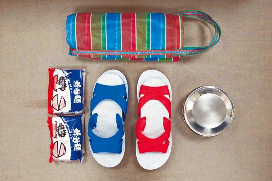 「台客包」呼應主燈的台味風格,有台灣經典拖鞋、復古茄芷袋、鐵路便當盒和泡麵。(六福旅遊集團提供)
