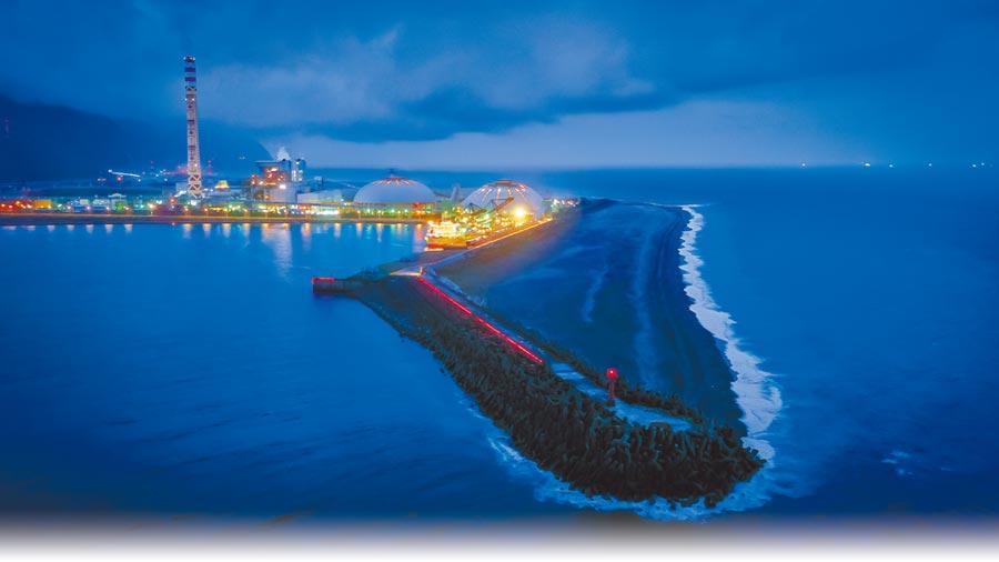 和平港運輸水泥廠所需的原料和製成的水泥,海運比陸運可減少碳排,也減低對環境的衝擊。(布爾喬亞公關提供)