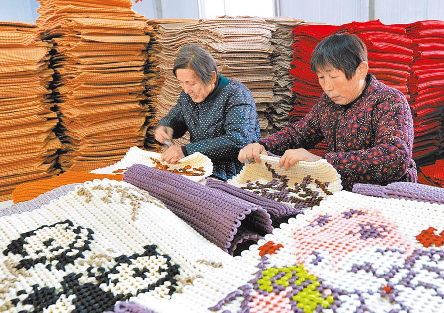 河北邯鄲市東大靳村農民在「扶貧車間」加工汽車坐墊。(新華社資料照片)