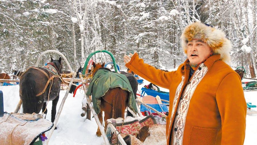 新疆禾木村圖瓦族人運用「馬拉雪橇」拉乘旅客。(記者陳柏廷攝)