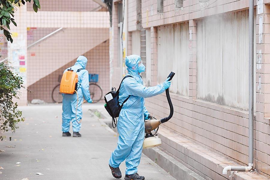 大陸防疫物資免徵進口關稅。圖為2月6日,福建消毒人員在一處公寓外圍進行消毒作業。(新華社)