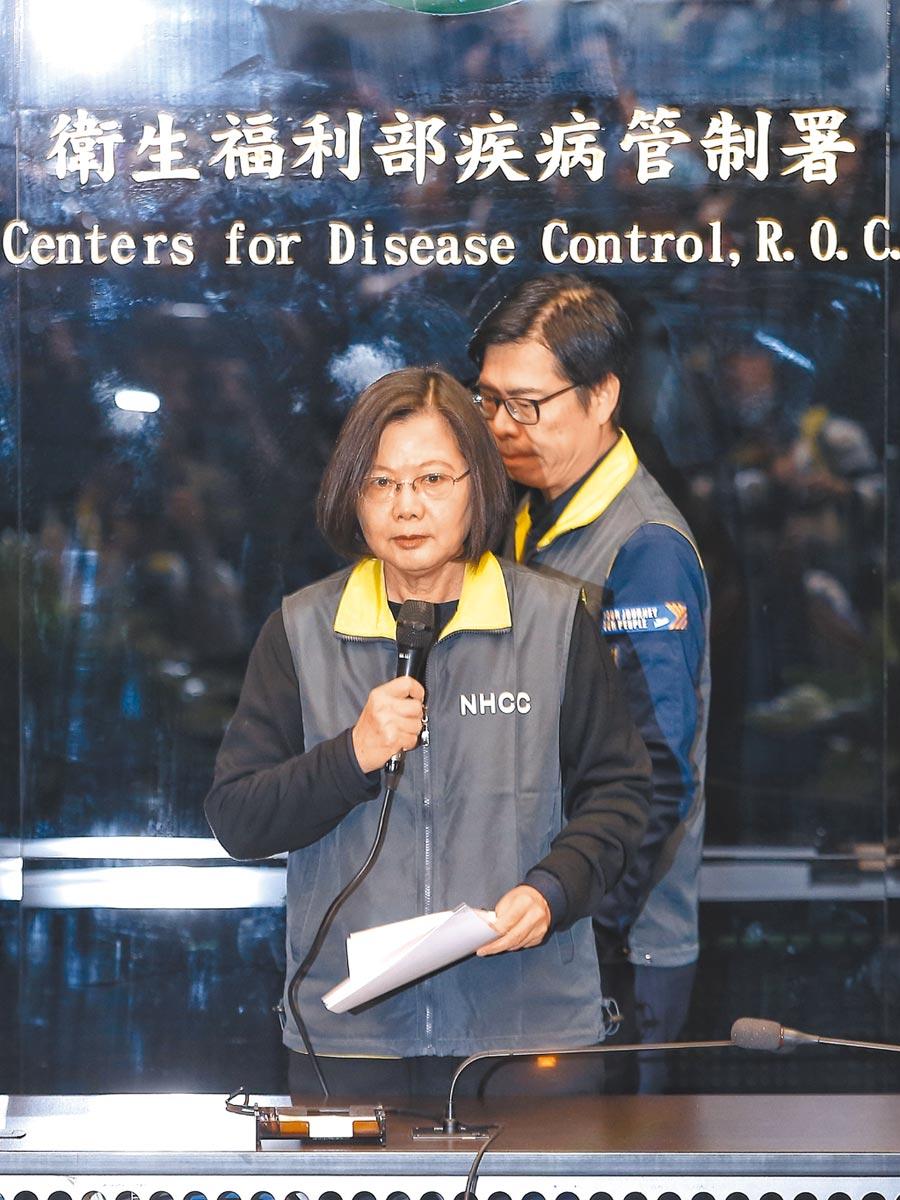 蔡英文總統(前)7日至中央疫情指揮中心慰勉防疫人員。(本報系記者杜宜諳攝)