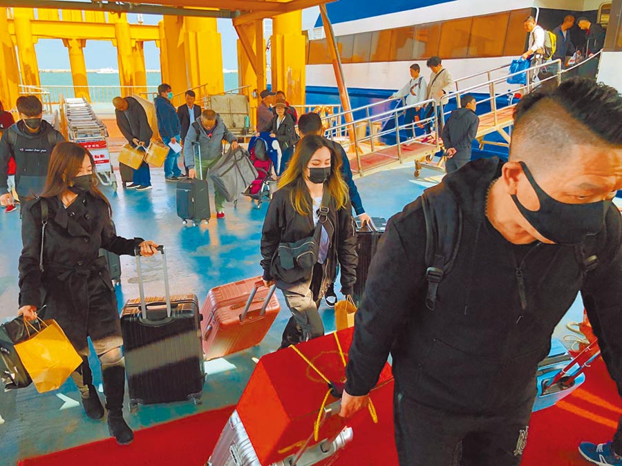 因應武漢肺炎疫情,金門小三通2月10日起暫停客船往來。圖為2月2日抵達旅客配戴口罩上岸。(本報系記者李金生攝)