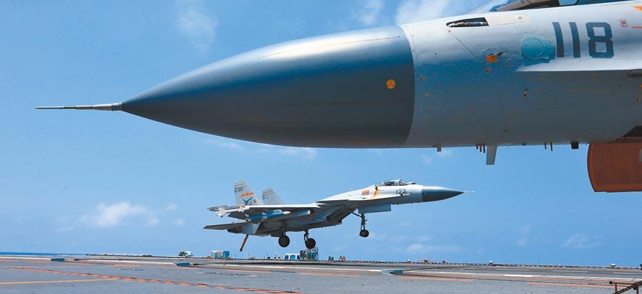 大陸遼寧艦航母編隊圓滿完成遠海實兵對抗訓練,返回青島航母軍港。圖為回收艦載機。(中新社資料照片)