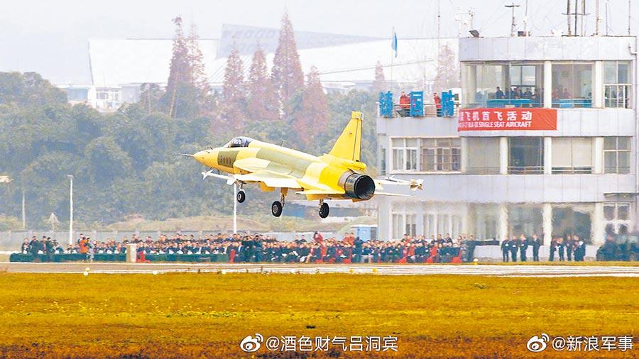 陸製梟龍Block 3首架原型機在成都首飛。(取自新浪微博@新浪軍事)